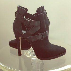 Elie Tahari black heels like new!